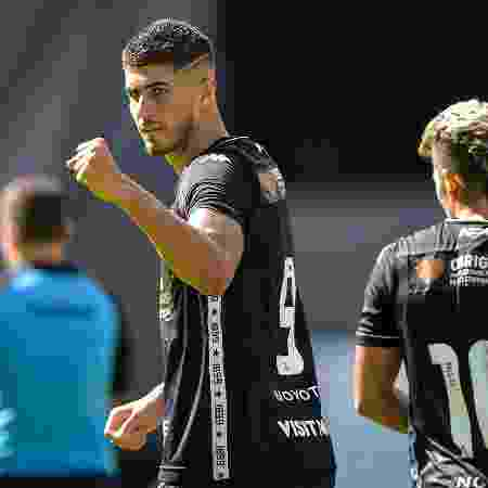 Pedro Raul, do Botafogo, comemora seu gol durante partida contra a Cabofriense  - Thiago Ribeiro/AGIF