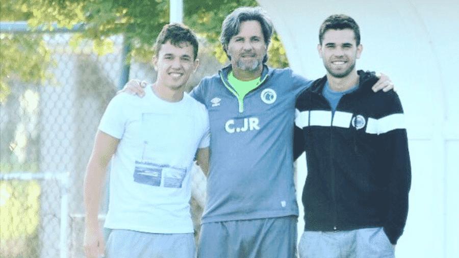 Caio Júnior entre os filhos Gabriel e Matheus em dezembro de 2015, nos Emirados Árabes - Acervo pessoal