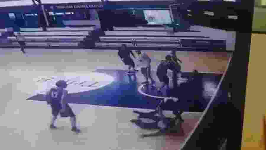 Mario Añorga foi derrubado por Pablo Faluotico, do Club Welcome, em partida de basquete no Uruguai - Reprodução/Twitter
