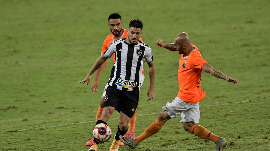 Marcinho, do Botafogo, disputa jogada com Yan, do Nova Iguaçu, durante partida no Nilton Santos - Thiago Ribeiro/AGIF
