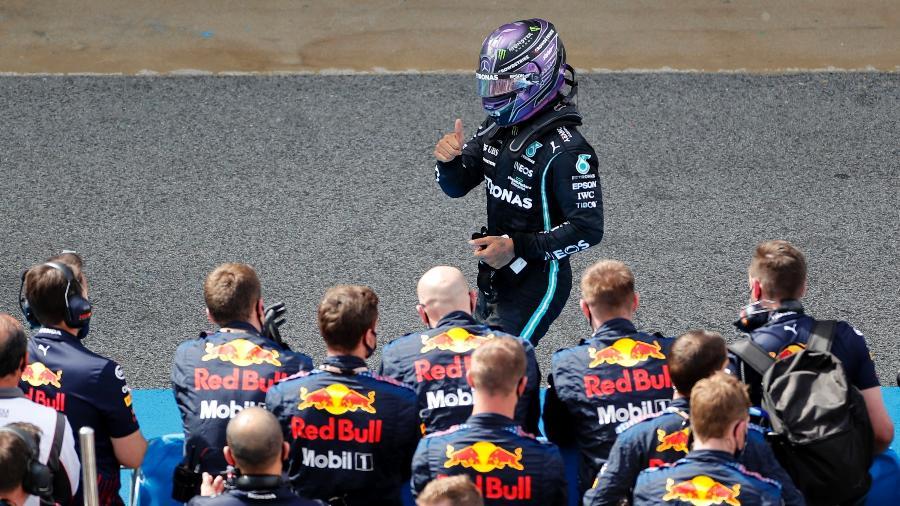 Lewis Hamilton passa em frente aos mecânicos da Red Bull após vencer o GP da Espanha de Fórmula 1 - REUTERS/Nacho Doce