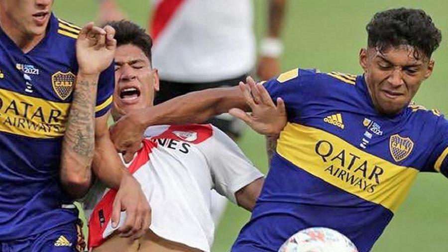 Carrascal, do River Plate, disputa bola com Medina, do Boca Juniors - Divulgação AFA