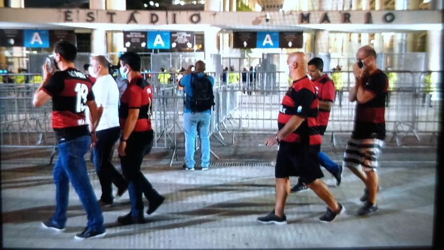 Torcedores do Flamengo caminham próximos ao Maracanã - Ricardo Borges/UOL