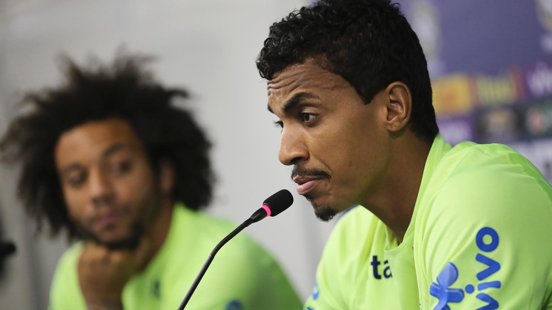 Luiz Gustavo dá entrevista coletiva ao lado de Marcelo