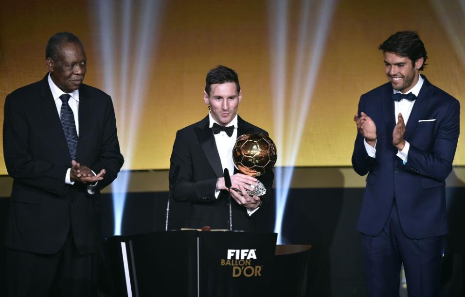 Kaká entregou a Bola de Ouro para Messi na cerimônia na Suíça