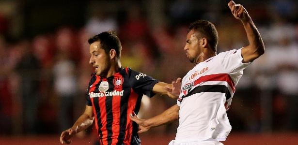 Sebastian Blanco disputa a bola com Lucão no jogo do San Lorenzo contra o São Paulo na Libertadores