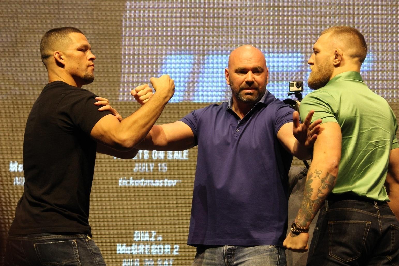 Nate Diaz e Conor McGregor precisam ser separados por Dana White em coletiva do UFC 202