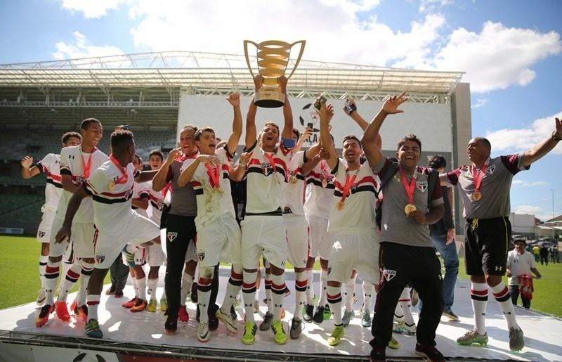 São Paulo comemora título da Taça BH Sub-17 após goleada sobre o Palmeiras