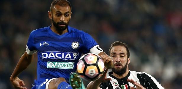 Danilo, zagueiro da Udinese, em ação contra a Juventus - Marco Bertorello/AFP