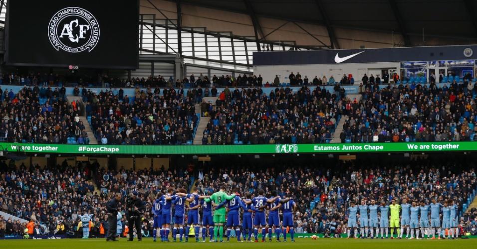 Torcedores e jogadores de Manchester City e Chelsea observam minuto de silêncio em homenagem às vítimas da tragédia com a Chapecoense. Mensagens em português também foram exibidas no Etihad Stadium