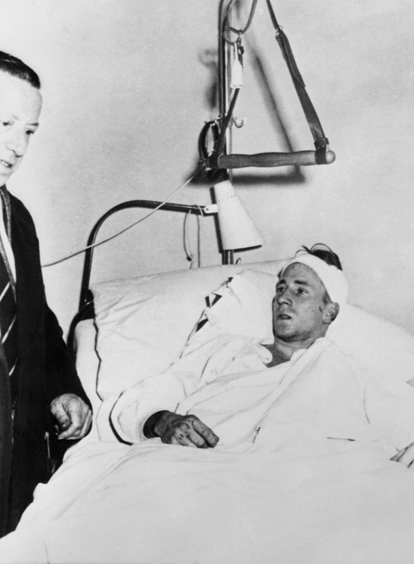 Bobby Charlton no hospital dois dias depois do acidente com o time do Manchester United