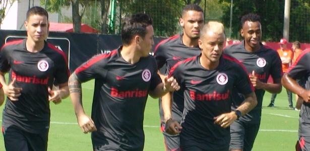 Neris, atrás de D'Alessandro, participa de treinamento físico do Inter