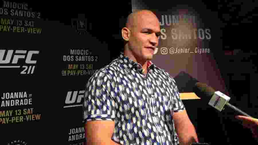 Cigano concede entrevista durante evento prévio ao UFC 211 - Brunno Carvalho/UOL