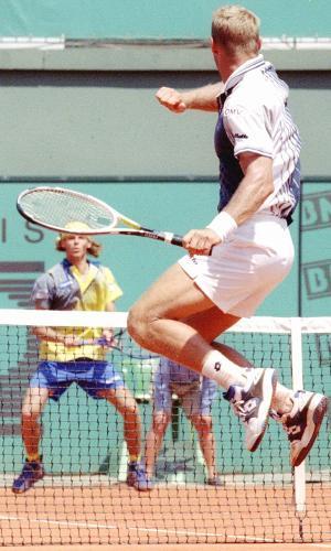 Gustavo Kuerten, em sua campanha do título de Roland Garros em 1997, enfrenta Thomas Muster