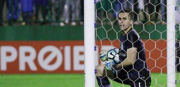 Marcelo Grohe sente dores no pescoço e desfalca o Grêmio contra o Vitória