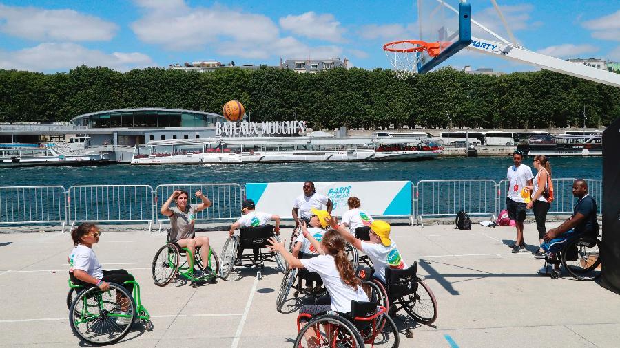Basquete de cadeiras de rodas fez parte de promoção de campanha olímpica - Jacques Demarthon/AFP