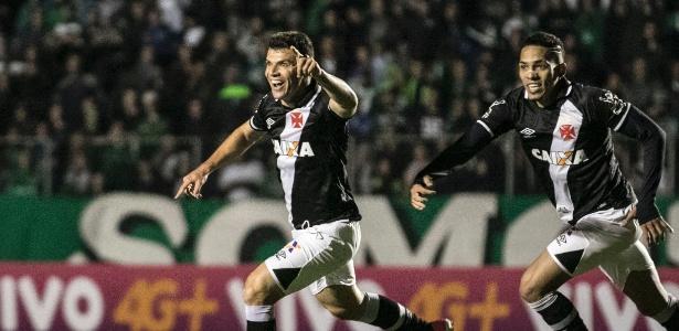Wagner comemora gol de empate do Vasco sobre o Coritiba na Vila Capanema