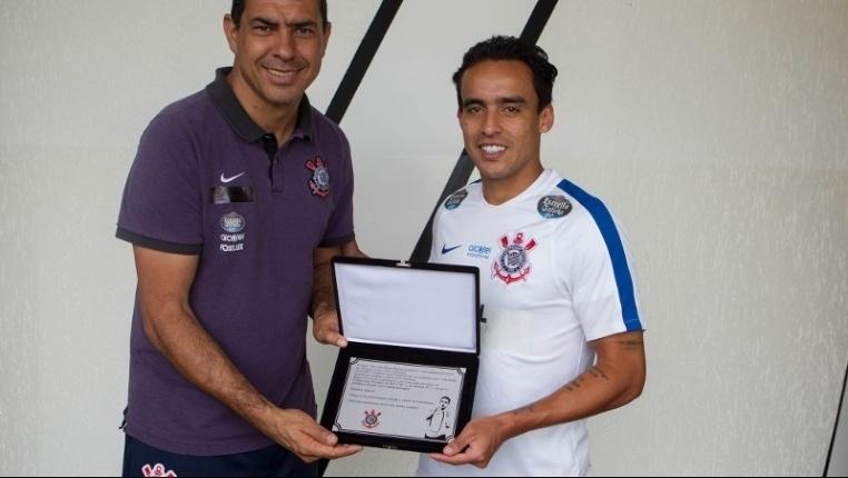 Jadson recebe placa por completar 150 jogos pelo Corinthians