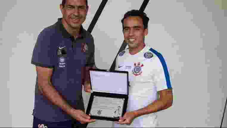 Jadson recebe placa por completar 150 jogos pelo Corinthians - undefined