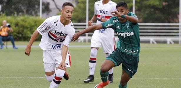 Antony disputa bola com palmeirense na final da Copa RS no último domingo