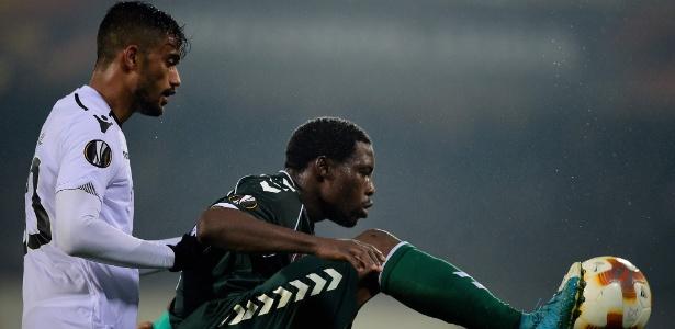Jubal (à esquerda) marca Malik Evouna durante jogo do Vitória de Guimarães contra o Konyaspor