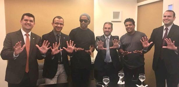 Ronaldinho e Assis posam com integrantes do PRB; número da legenda é o 10