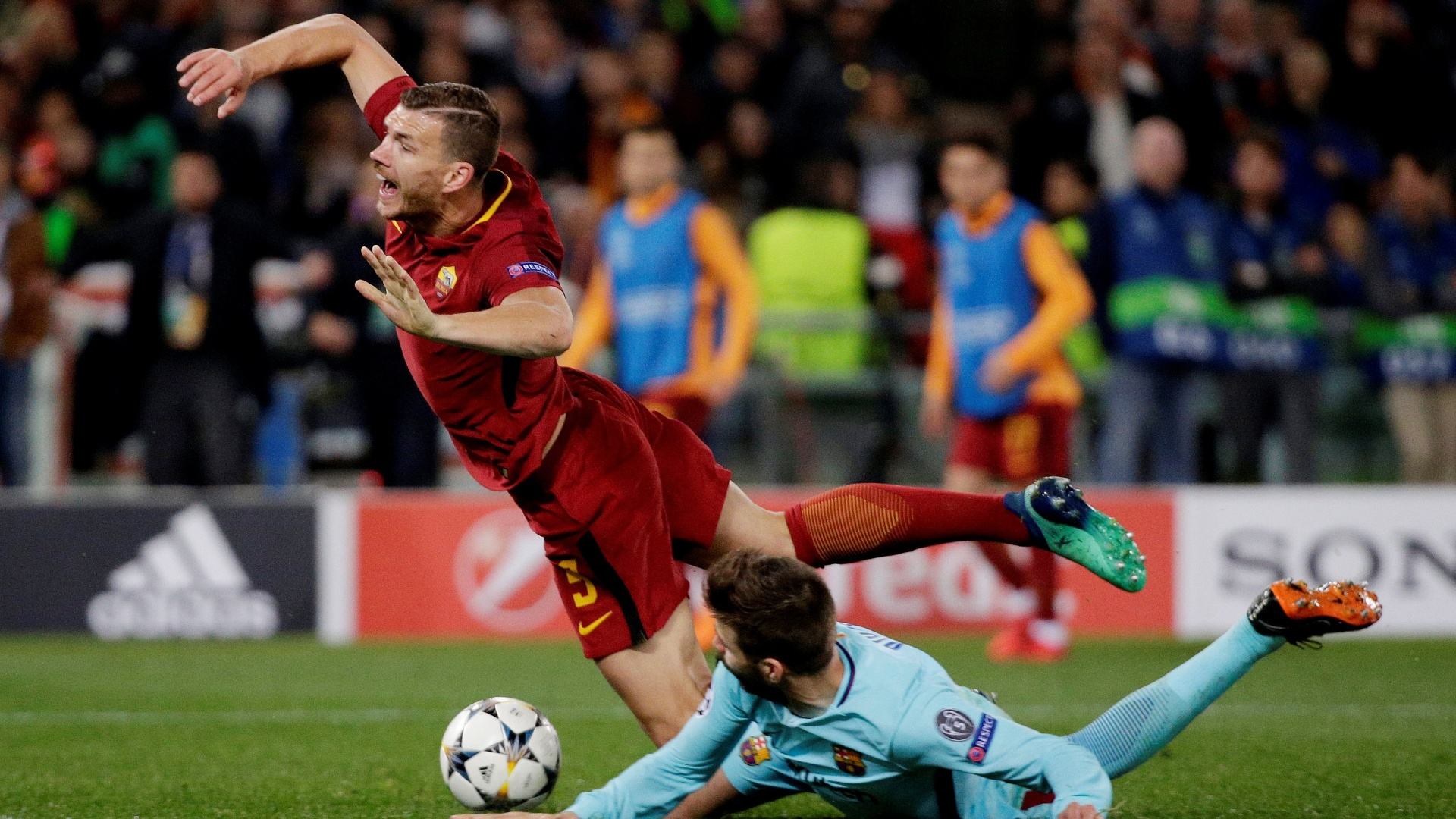 Piqué derruba Dzeko na área em lance do jogo entre Roma e Barcelona