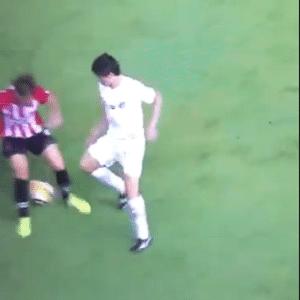 Dodô aplica 'caneta' durante partida do Santos contra o Estudiantes