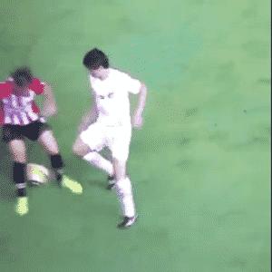 """Dodô aplica """"caneta"""" durante partida do Santos contra o Estudiantes - Reprodução"""