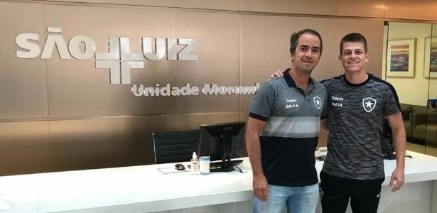 João Pedro ao lado do médico do Botafogo após receber alta de hospital
