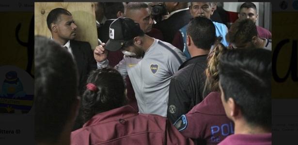 Capitão do Boca, Pablo Perez, foi atingido no olho em ataque ao ônibus - Reprodução/Twitter