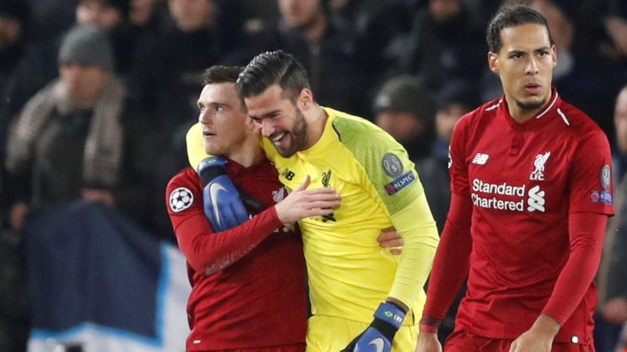 Alisson comemora após fazer grande defesa em Liverpool x Napoli - Carl Recine/Reuters