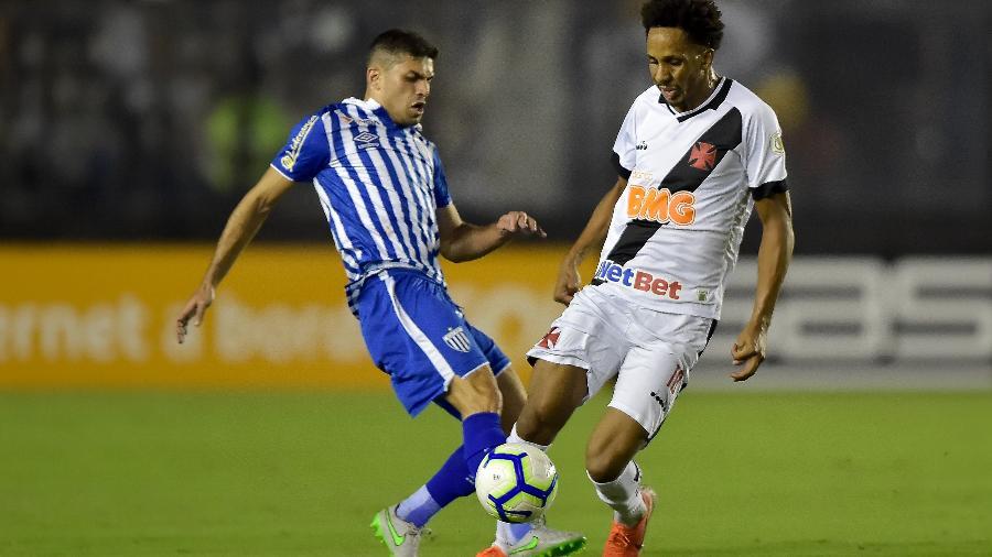 Lucas Mineiro, do Vasco, disputa com Gegê, do Avaí - Thiago Ribeiro/AGIF