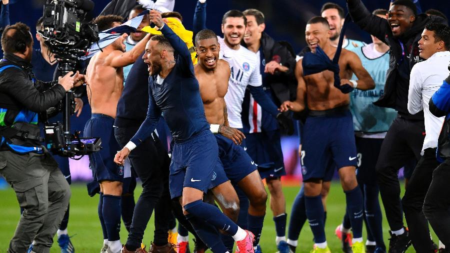 Neymar comemora girando a camisa após a classificação do PSG na Liga dos Campeões - Aurelien Meunier - PSG/PSG via Getty Images