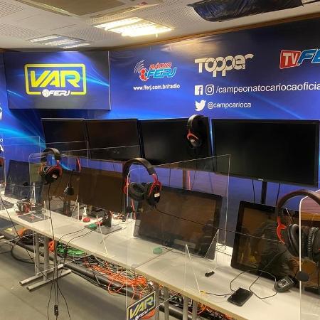 Sala do VAR com proteção de acrílico para separar profissionais usada no retorno do Campeonato Carioca - Divulgação