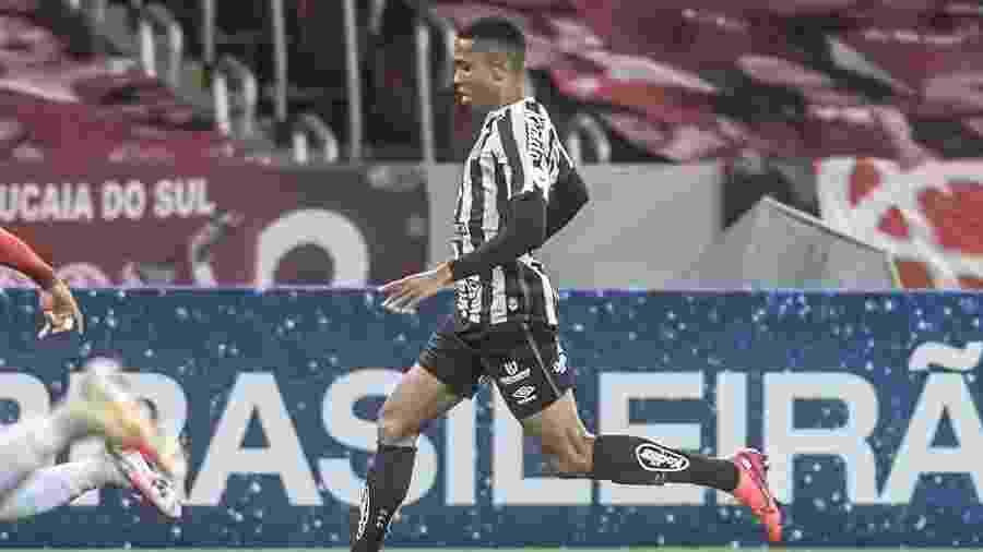 Madson conduz a bola durante jogo do Santos contra o Internacional - Ivan Storti/Santos FC