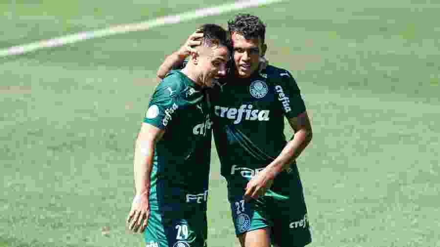 Willian e Gabriel Veron comemoram gol do Palmeiras: clube deverá ter três jogos pela Libertadores exibido pelo SBT - Diogo Reis/Diogo Reis/AGIF