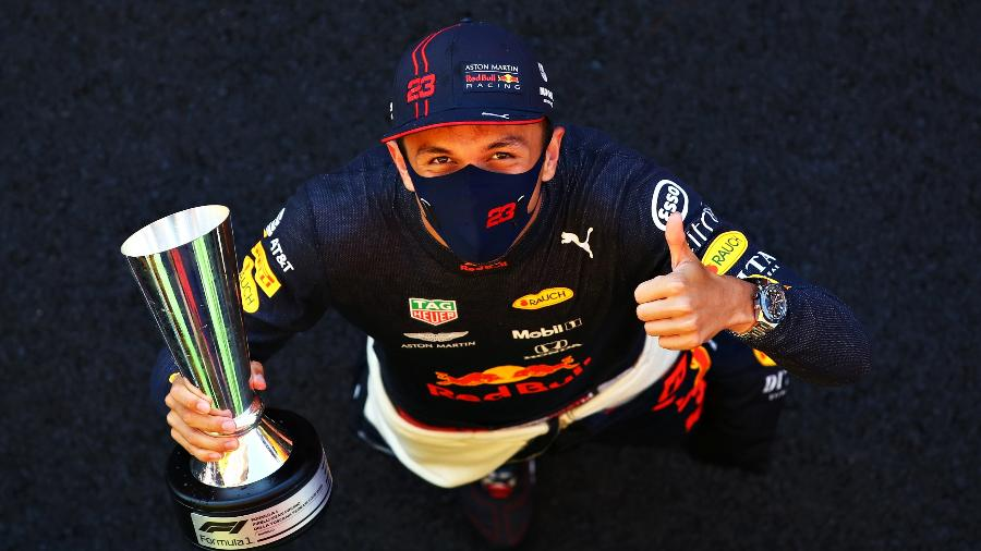 Alex Albon celebra o terceiro lugar no GP da Toscana de 2020 - Mark Thompson/Getty Images
