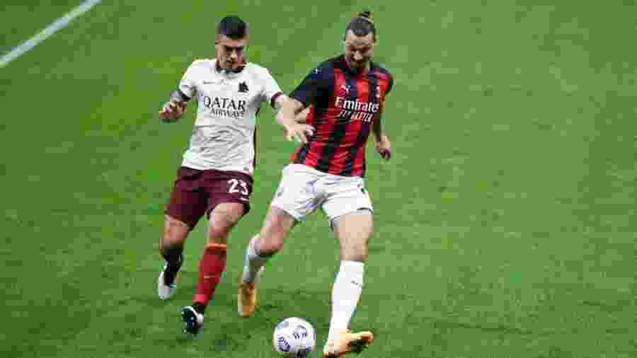 Zlatan Ibrahimovic disputa bola com Gianluca Mancini  - Getty Images