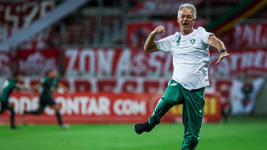 Lisca, então técnico do América-MG, comemorando gol contra o Internacional no Beira-Rio - Fernando Alves/AGIF