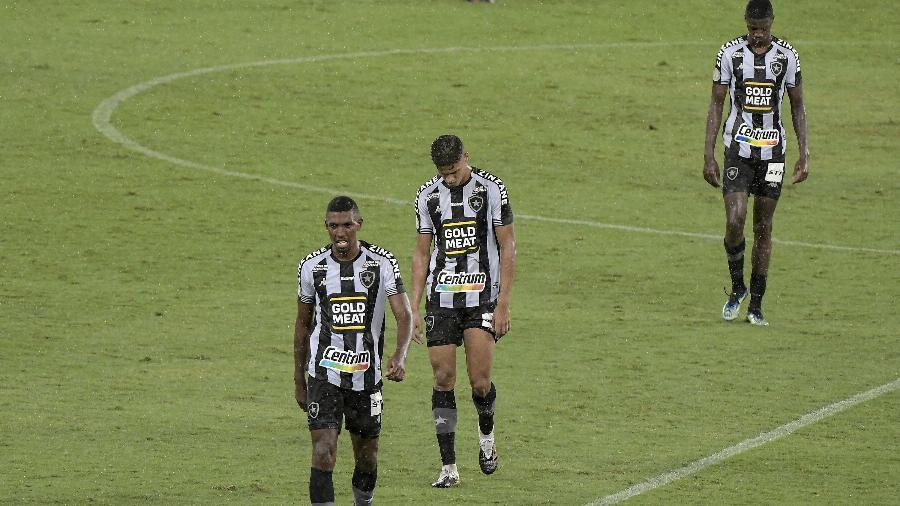 Jogadores do Botafogo deixam o gramado do Estádio Nilton Santos após partida que decretou o rebaixamento - ANDRÉ FABIANO/CÓDIGO19/ESTADÃO CONTEÚDO