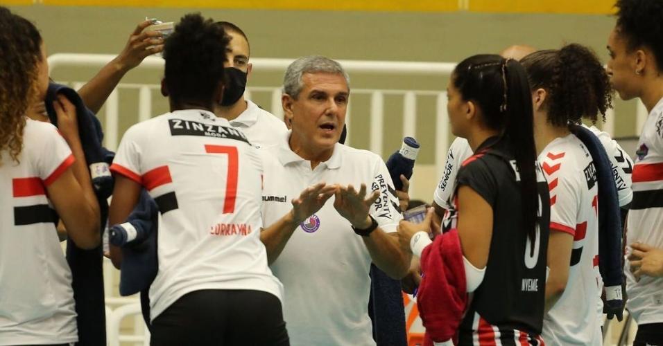 Zé Roberto Guimarães orienta o time do São Paulo/Barueri