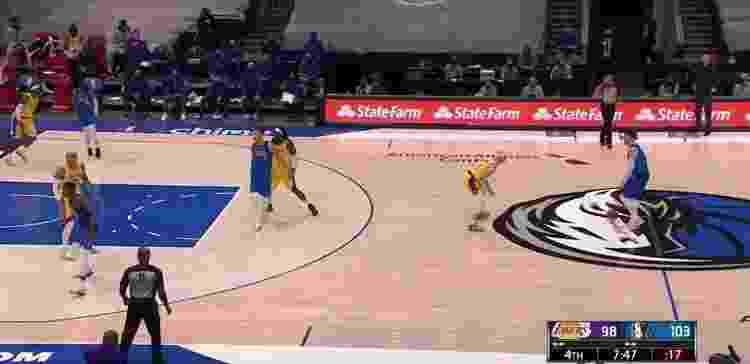 Finney-Smith e Powell preparam corta-luz para Brunson (fora da imagem, no canto inferior esquerdo) - Reprodução/NBA - Reprodução/NBA