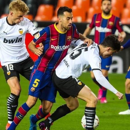 Busquets e Guillamón disputam a bola em Valencia x Barcelona, pelo Campeonato Espanhol - Reprodução/Instagram