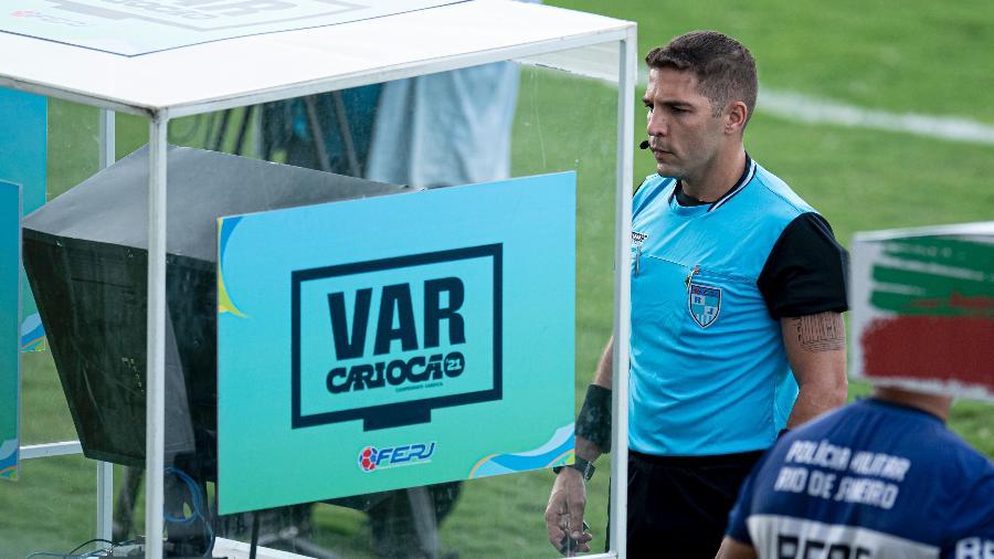 O árbitro Alexandre Tavares faz consulta ao VAR durante Portuguesa x Fluminense, no Luso Brasileiro, pelo Carioca 2021 - Jorge Rodrigues/AGIF