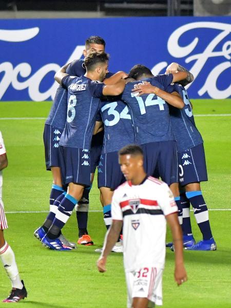 Jogadores do Racing comemoram gol de Novillo contra o São Paulo no Morumbi - EDUARDO CARMIM/AGÊNCIA O DIA/AGÊNCIA O DIA/ESTADÃO CONTEÚDO