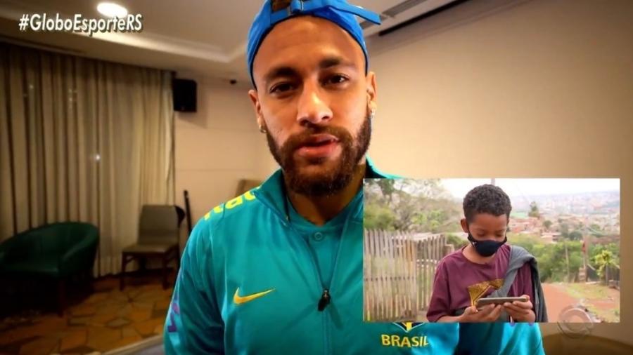 Neymar dá autógrafo e grava vídeo para jovem vendedor de pano de prato - Reprodução/Globo