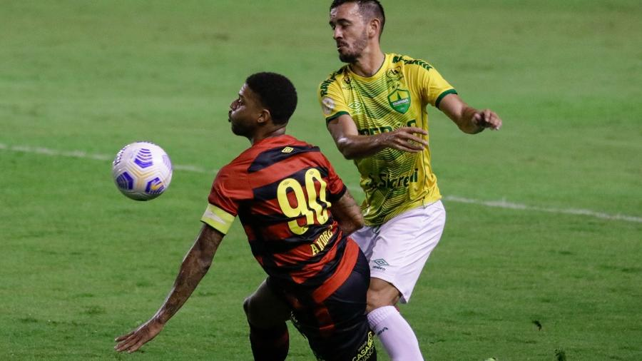 André, atacante do Sport, em disputa contra o lateral Uendel, do Cuiabá - Rafael Vieira/AGIF