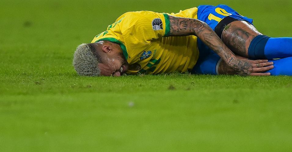 Neymar, atacante da seleção brasileira, sente a perna após sofrer entrada de marcador argentino na final da Copa América