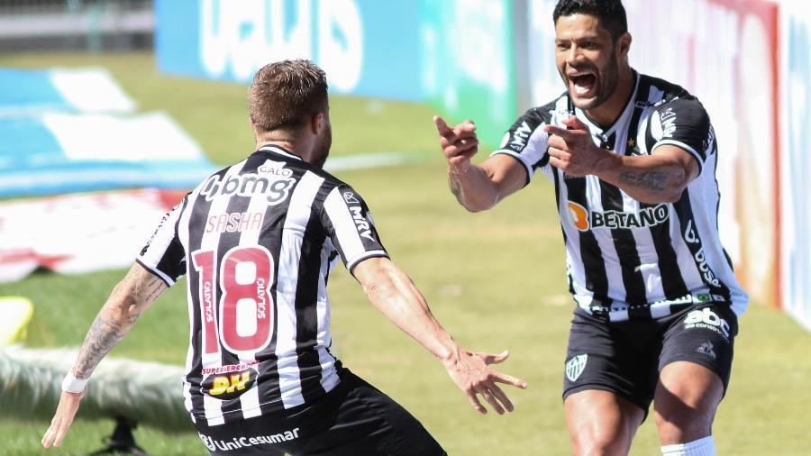 Hulk comemora com Eduardo Sasha gol marcado pelo Atlético-MG contra o Bahia - FERNANDO MORENO/AGIF - AGÊNCIA DE FOTOGRAFIA/ESTADÃO CONTEÚDO